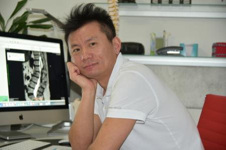 Herr Q. Chang, Facharzt für Chirurgie/ Schmerztherapie/ Akupunktur